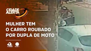 Mulher tem o carro roubado por dupla de moto