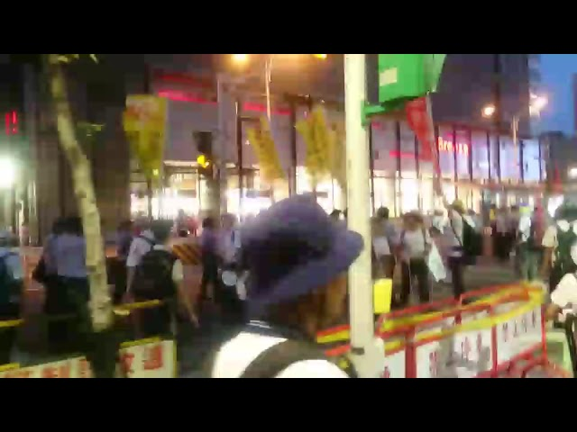 【影片】世大運反年改團體尋找小英 見黑頭車就追