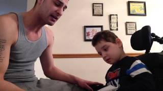 DIRLJIVO: Tata pjeva za sina s cerebralnom paralizom (VIDEO)