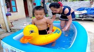 Bé Ben Tắm Phao Bơi Cùng Chị Huyền Học Màu Sắc