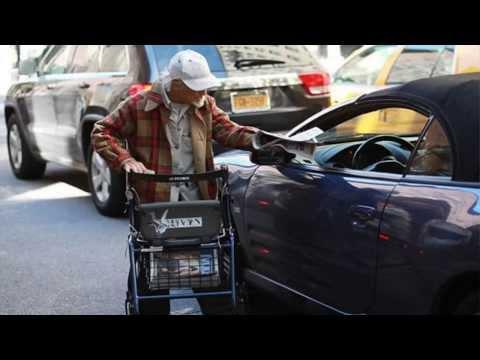 EL MENDIGO MAS RICO DE NUEVA YORK. Gana 250$ al dia y lo dona todos