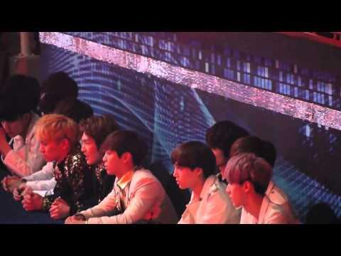 [FANCAM] SBS 가요대전 EXO watching BEAST