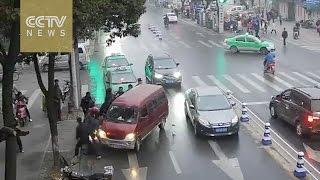 Ženu je pregazio kombi na raskrsnici. Čekajte da vidite kako su reagovali prolaznici! (VIDEO)