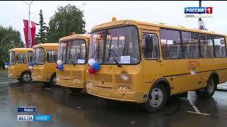 26 районам Омской области передали новые школьные автобусы