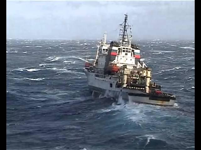 Буксир-спасатель «Николай Чикер» в шестибалльный шторм берет на буксир авианесущий крейсер «Адмирал Кузнецов»