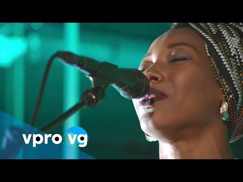 Fatoumata Diawara | Fenfo (live @TivoliVredenburg Utrecht)