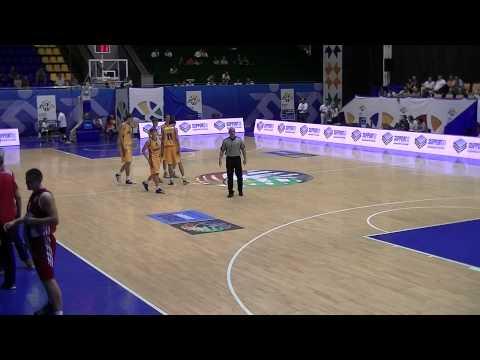 Охоронці матчу між збірними з баскетболу України і Росії збирають цукерки Roshen