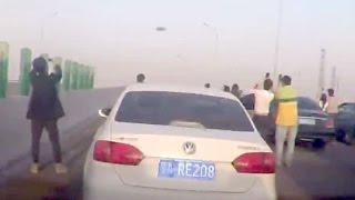 NISU ZNALI O ČEMU SE RADI: Vozači napravili zastoj na auto-putu da snime nesvakidašnji prizor! (VIDEO)