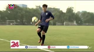 Thủ môn Bùi Tiến Dũng trổ tài tâng bóng bằng chân   VTV24