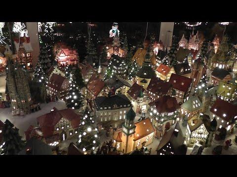 Das Weihnachtshaus ist voller Weihnachtsengel, Weihnachtsmänner und Schnitzereien aus dem Erzgebirge
