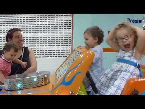 En el auto de papá, pipipi de paseo Candela, Iago e Sara