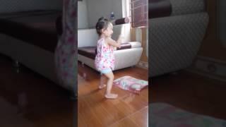 Bé gái 2 tuổi nhảy cực dễ thương