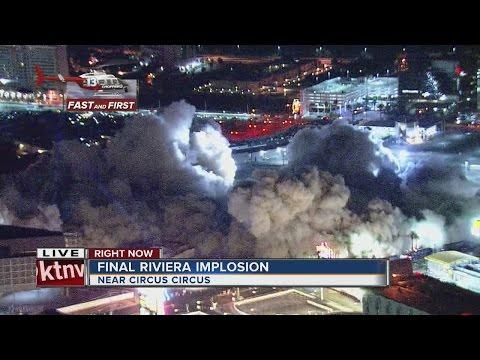 La demolizione finale del Riviera Hotel e Casino di Las Vegas