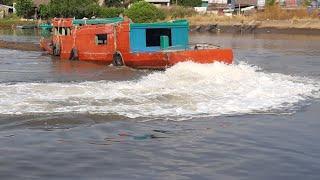 Con tàu kéo - quậy đục nước cả dòng sông/Ship.