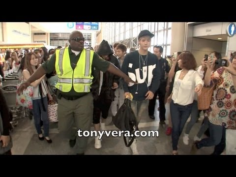 Exo band Fans go Crazy when they meet them at LAX