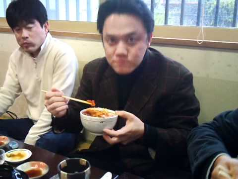 三色丼を食べる