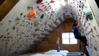 Enfant et escalade sur mur indoor