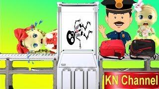 BÚP BÊ LẦN ĐẦU ĐI MÁY BAY tập 1: SỰ CỐ CHECK IN TRONG SÂN BAY KN Channel