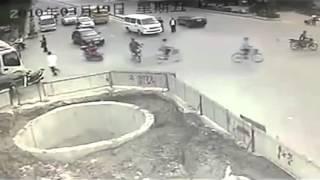 """Tai nạn giao thông """"Liên hoàn tông"""" HÀI HƯỚC nhất tại Trung Quốc"""