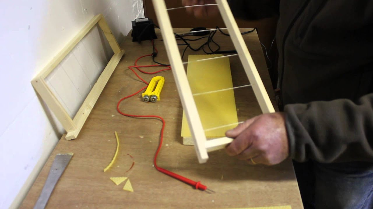 comment poser une feuille de cire sur un cadre de ruche avec une astuce pour les abeilles 60420. Black Bedroom Furniture Sets. Home Design Ideas