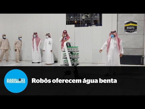 Para evitar contaminação por Covid, robôs oferecem água benta em Meca