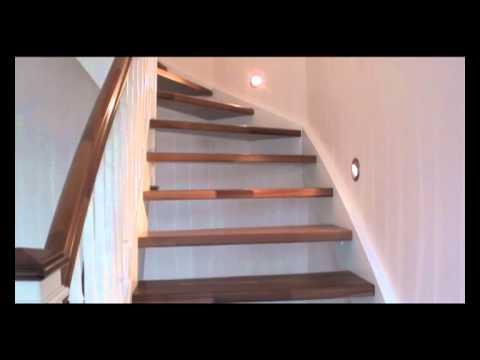 eingestemmte treppe in wei lackiert mit nu baumstufen youtube. Black Bedroom Furniture Sets. Home Design Ideas