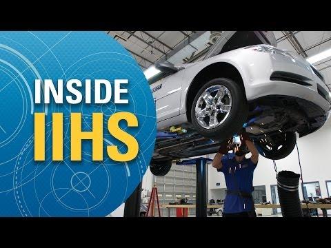Amerykański Instytut Ubezpieczeń i Bezpieczeństwa Drogowego (IIHS) pokazał od kuchni, jak wyglądają przygotowania samochodu biorącego udział w teście zderzeniowym.  Film jest opatrzony angielskimi komentarzami, ale warto go obejrzeć nawet bez znajomości tego języka. Opowiada on o poszczególnych etapach przygotowania auta do testu zderzeniowego. Wymaga to przeprowadzenia wielu zabiegów, począwszy od pomiarów karoserii, odpowiedniego ustawienia manekinów, poprzez upewnienie się, czy auto jest bezwypadkowe, instalację kamer i sprzętu pomiarowego, aż po spuszczenie płynów eksploatacyjnych. Zamiast paliwa do baku trafia fioletowy barwnik, który ułatwia zlokalizowanie ewentualnych wycieków. Na koniec samochód jest oklejany specjalnymi taśmami i ważony, a później - właściwie ustawiany oraz mocowany. Zapraszamy do oglądania.