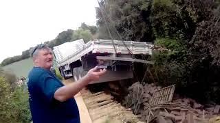 Ponte quebra, na divisa de Cristal e São Lourenço do Sul, e caminhão acaba caindo