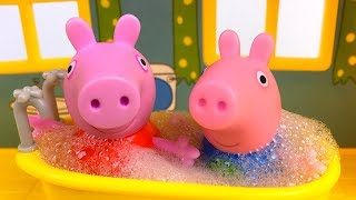 PEPPA PIG AND GEORGE PIG PLAYING IN THE TREEHOUSE PLAYSET AT MUDDY PUDDLES AND BUBBLE BATHS - STORY