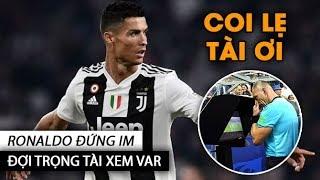 Ronaldo đứng im như tượng đợi trọng tài xem VAR