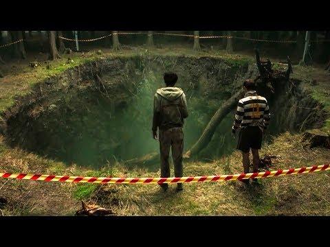 【穷电影】少年发现神秘大坑,内有恶臭传出,却不知里面有可怕怪物