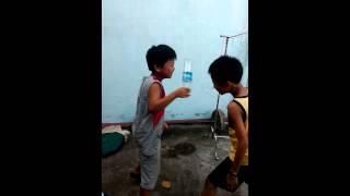 Cười tức tưởi với 2 đứa nhỏ troll nhau!