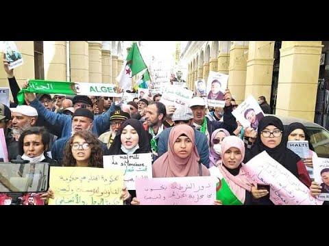 طلبة الجزائر يخرجون في مسيرة كبيرة يطلبون من خلالها بتغيير نظام العسكر