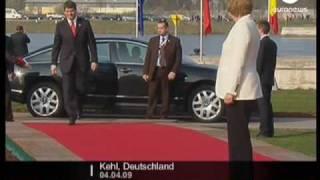 Silvio Berlusconi telefoniert lieber, als Merkel zu begrüßen