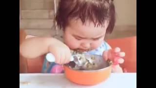 """Sau khi khóc như """"xé giẻ"""", bé tự xúc ăn hết tô cơm ngon lành"""