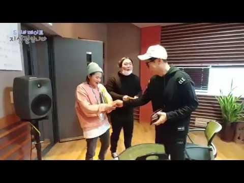 Yoo Jaehwan bowed to Ji Suk-jin for New Years, 석진DJ에게 세벳돈 받기 2탄, 유재환 [두시의 데이트 지석진입니다] 20180219