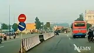 Xem Xe tải điên vượt ẩu vượt cả đèn đỏ