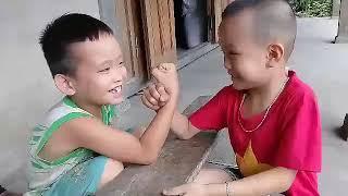 Đỗ thông vlogs hai bé thi vật tay và cái kết cười rụng rốn