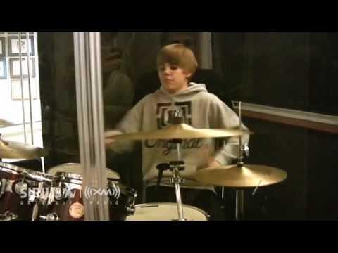 Justin Bieber tocando bateria