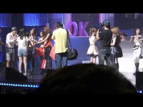 [HD Fancam] 120901 SNSD TaeYeon Hugging Vietnamese Fangirl @ Yakult Look Concert