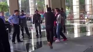 Uzeo je za taokinju ženu i prijetio policiji da će je zaklati ogromnim nožem. Dobro obratite pažnju šta će uslijediti na 0:15…