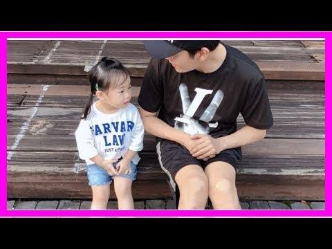 秦昊陪女兒坐台階,小米粒變漂亮,但粉絲的關注點卻在秦昊的腿上