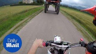 Vozio se motorom kroz selo, a onda je naišao na traktor… Čekajte da vidite šta će uslijediti na 0:13! (VIDEO)