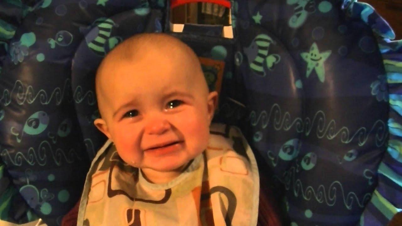 Le bébé qui pleure quand sa mère chante