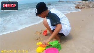 Trò chơi xúc cát bắt ốc ngoài biển với cu Tũn vui lắm - đồ chơi trẻ em toy for kid