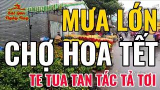 Sài gòn MƯA LỚN chợ HOA TẾT te tua tan tác tả tơi người bán ruột gan rối bời xin được giảm tiền Thuê
