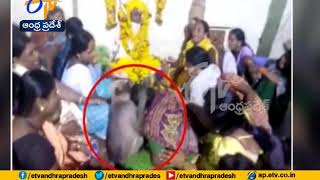 Monkey consoles woman at Karnataka funeral. Video goes vir..