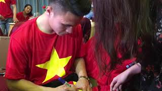 Quang Hải nhịn ăn ký tặng fan hâm mộ