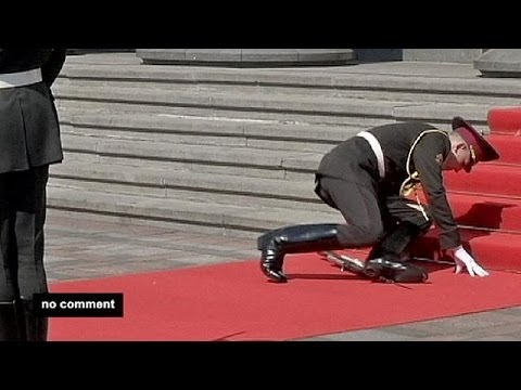 Not for the faint-hearted? Soldier falls at Poroshenko ceremony - no comment