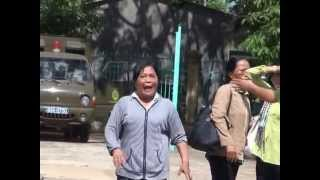 Clip người nhà bị cáo đại náo trước sân tòa Bình Phước